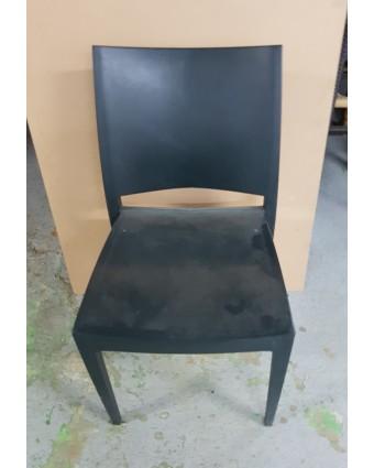 Chaise en plastique empilable (usagée)