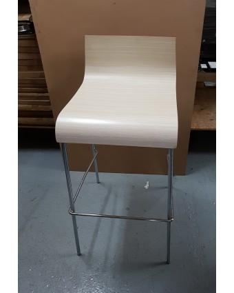 Tabouret de bar en métal avec siège en bois (usagé)