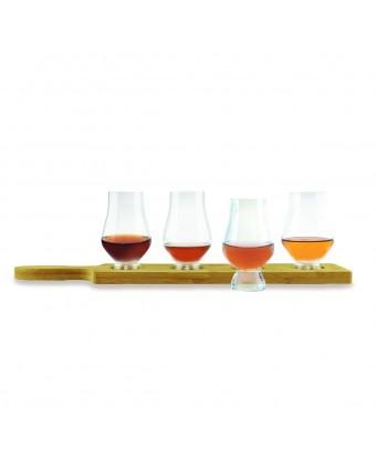 Ensemble verres à dégustation et planche pour le whisky
