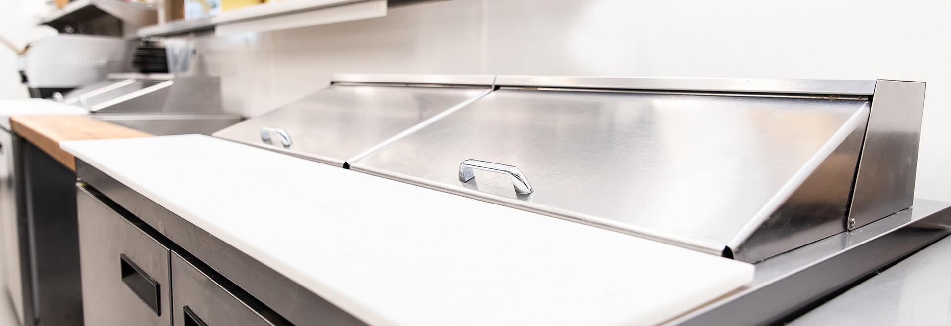 Tables de préparation réfrigérées et réfrigérateurs sous-comptoirs