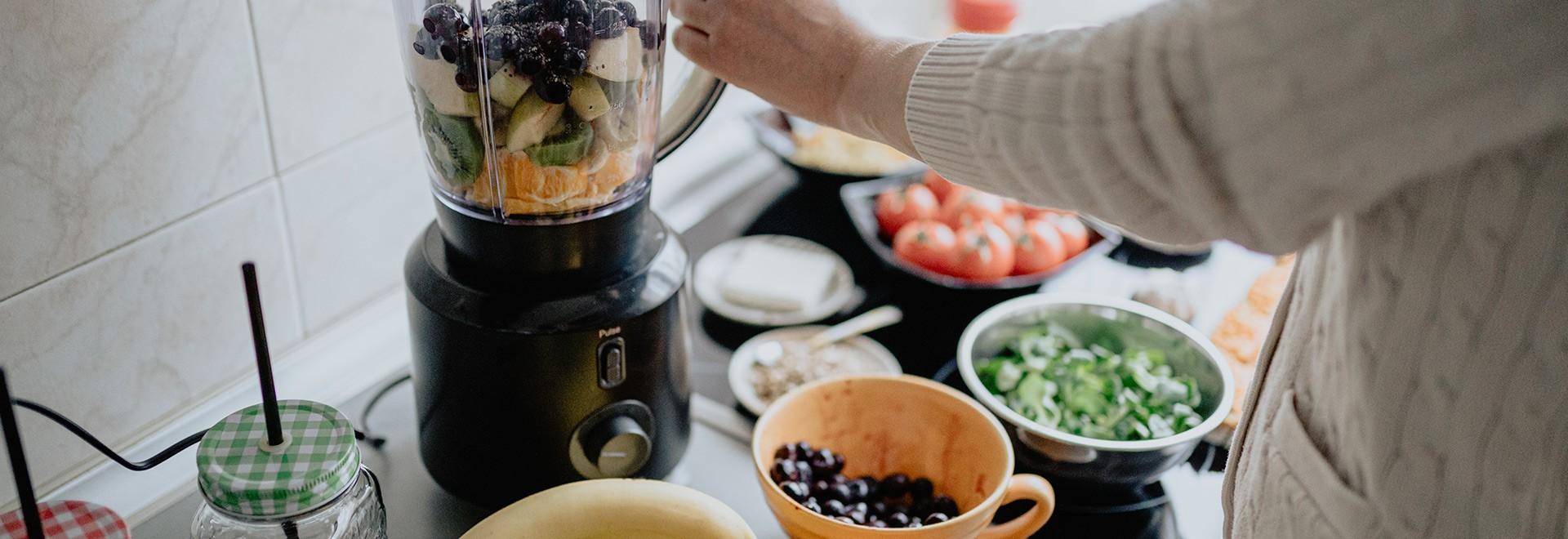 Mélangeur, mélangeur à main et robot culinaire : similaires, mais surtout différents